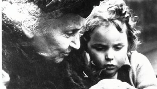 Maria-Montessori-con-un-bambino
