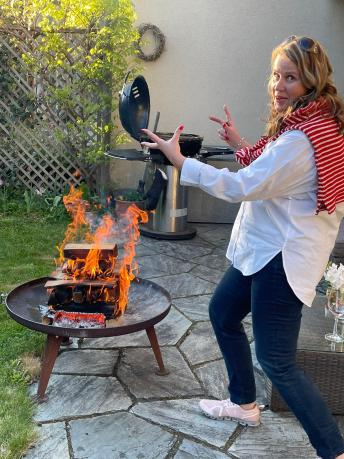 Gabriella Rauber vor einer Feuerschale.