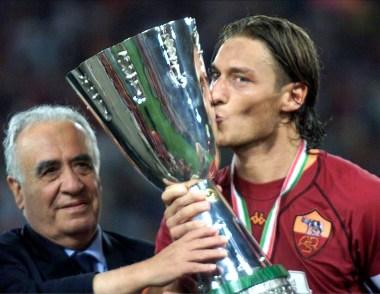 Il capitano Francesco Totti bacia la Supercoppa alla presenza del presidente della Roma, Franco Sensi, al termine della partita vinta per 3-0 contro la Fiorentina, in un'immagine del 19 agosto 2001. ANSA/FILIPPO MONTEFORTE
