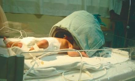 ¿Cómo ayuda el ciclo de luz y oscuridad en la mejora de bebés prematuros?