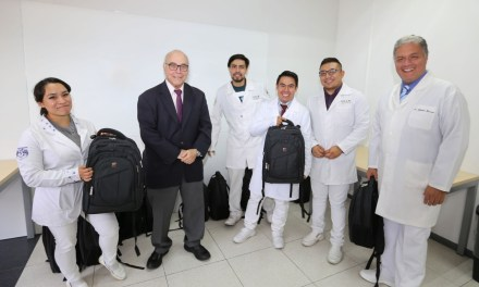 Entrega de maletines a médicos pasantes
