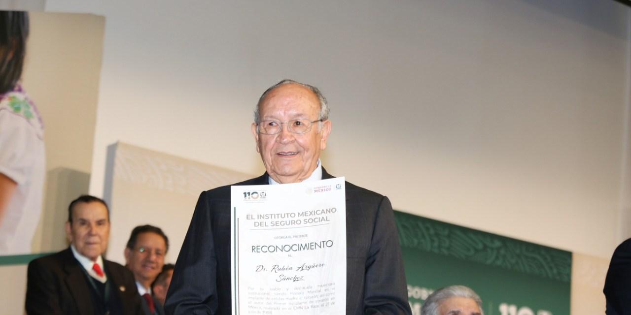Reconocen al doctor Rubén Argüero por 47 años de trayectoria exitosa en el IMSS