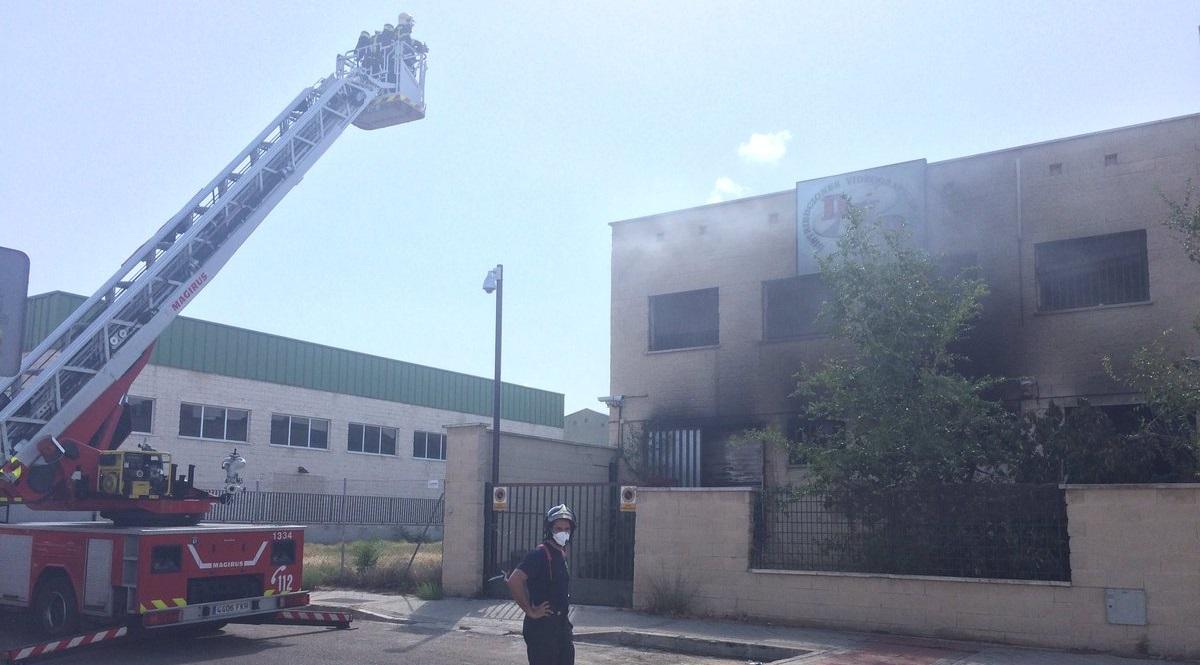 Un incendio arrasa una nave industrial en el distrito de San Blas - Canillejas