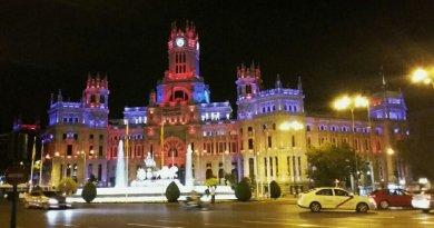 El Palacio de Cibeles lucirá esta noche los colores de la bandera del orgullo bisexual