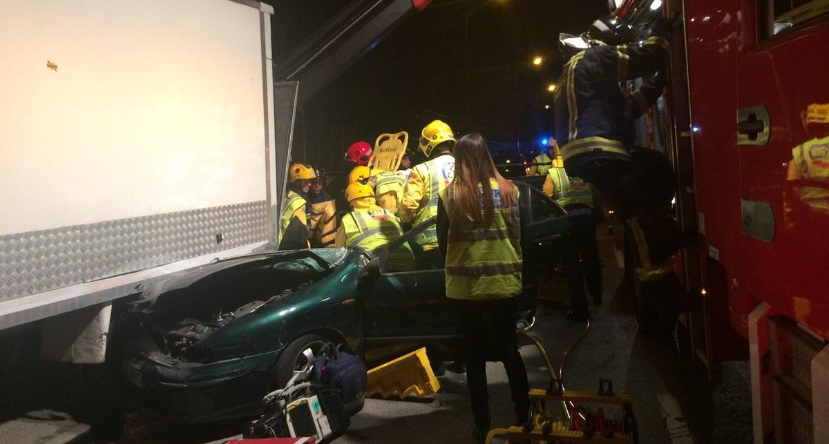 Un herido grave al impactar su vehículo contra un camión en la Avenida de la Albufera