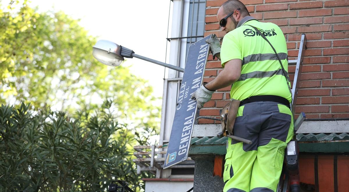 El Ayuntamiento de Madrid comienza el cambio de placas del callejero franquista