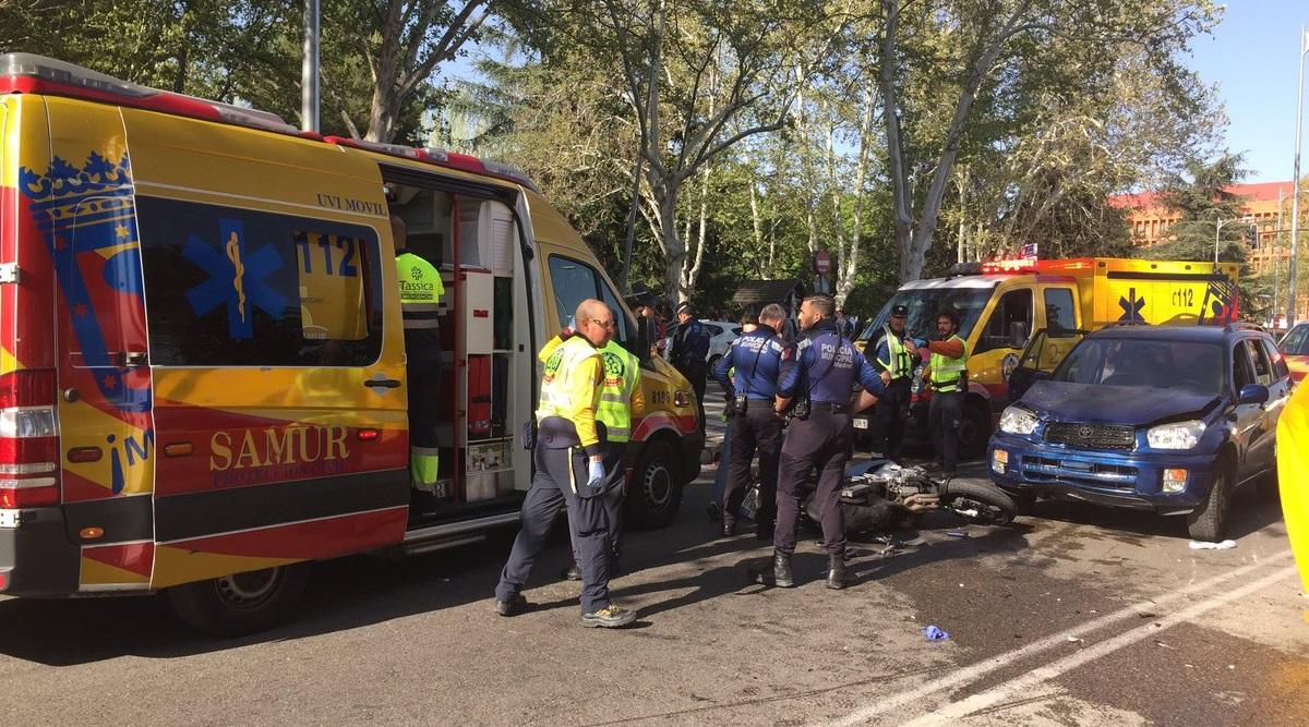 Un motorista herido grave tras ser arrollado por un turismo y colisionar con otro en la Avenida Complutense