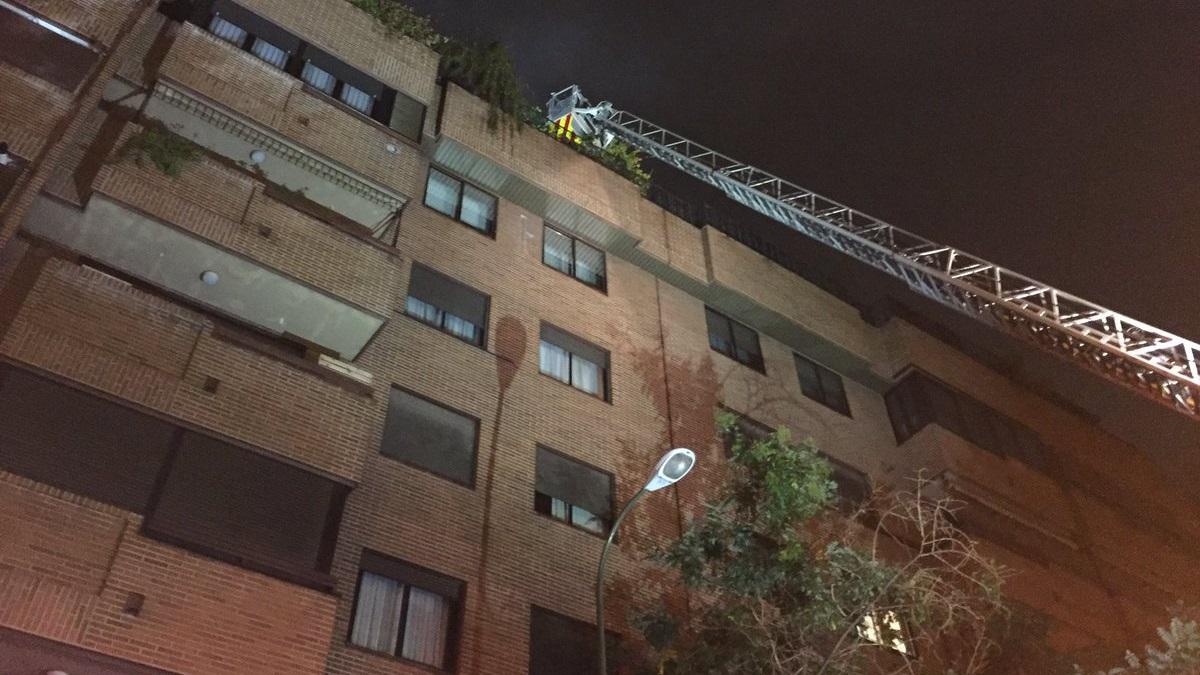 Un incendio calcina totalmente el ático de un edificio de cinco plantas en Chamartín