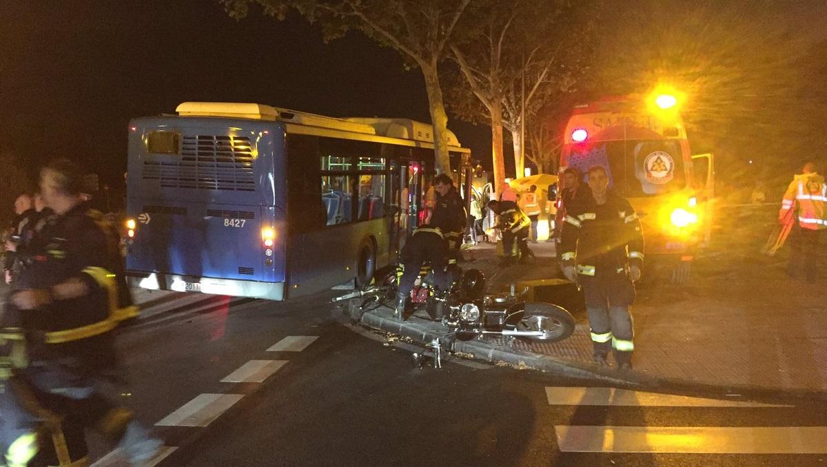 Un motorista de 32 años muere en Puente de Vallecas tras colisionar con un autobús de la EMT