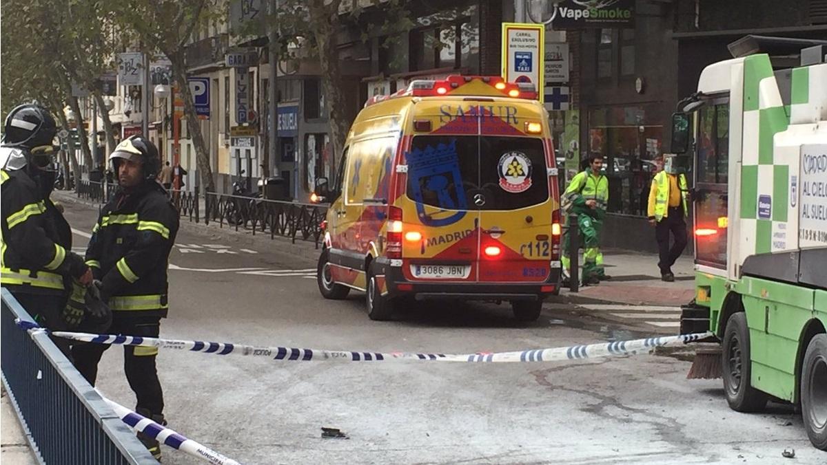 Un motorista de 40 años muere tras colisionar contra una máquina de limpieza en el distrito Salamanca