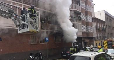 Dos heridos en un incendio con gran humareda en un piso de Puente de Vallecas