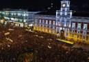 """Miles de personas llenan la Puerta del Sol contra """"los postulados machistas, homófobos y racistas"""" de VOX"""