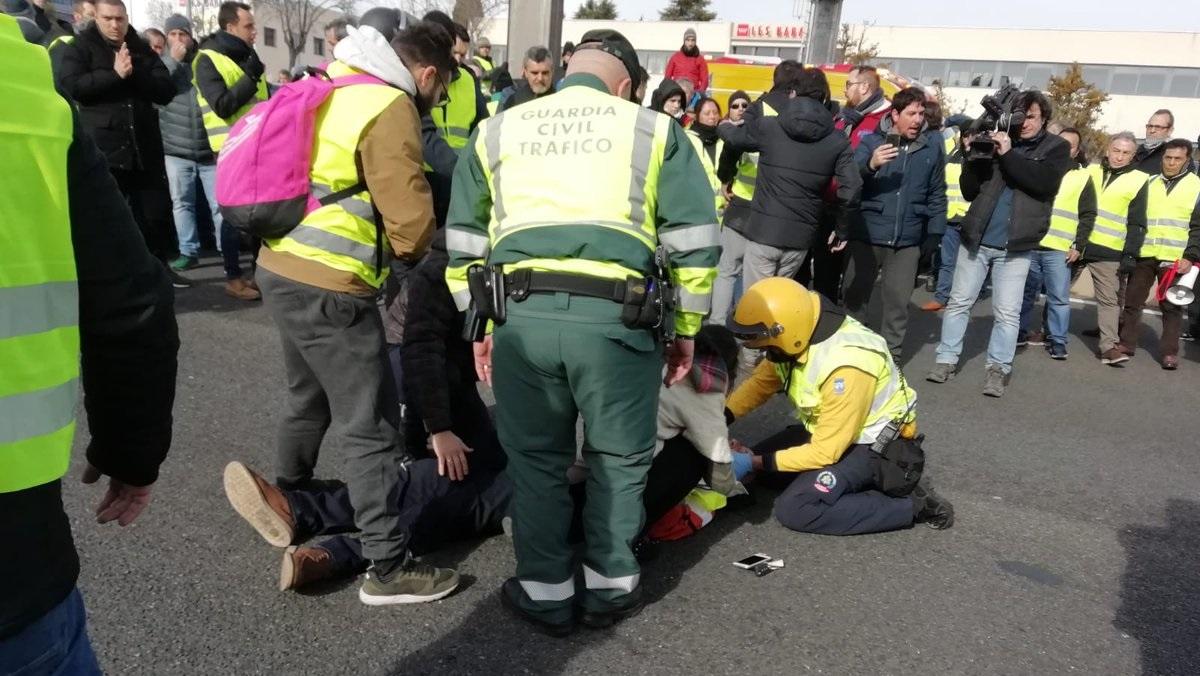 Taxistas denuncian el atropello de un manifestante por un VTC en la A-2, que se ha dado a la fuga