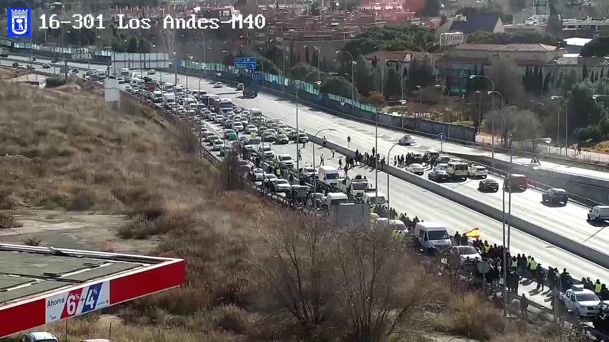 Un millar de taxistas vuelven a cortar la M-40 y los antidisturbios responden con cargas