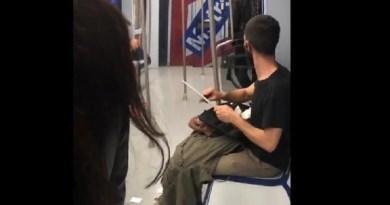 Difunden las imágenes de un joven afilando un cuchillo en un vagón de Metro de Madrid