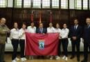 Almeida entrega la bandera de Madrid a las participantes de la prueba de resistencia extrema 'Reto Pelayo Vida'