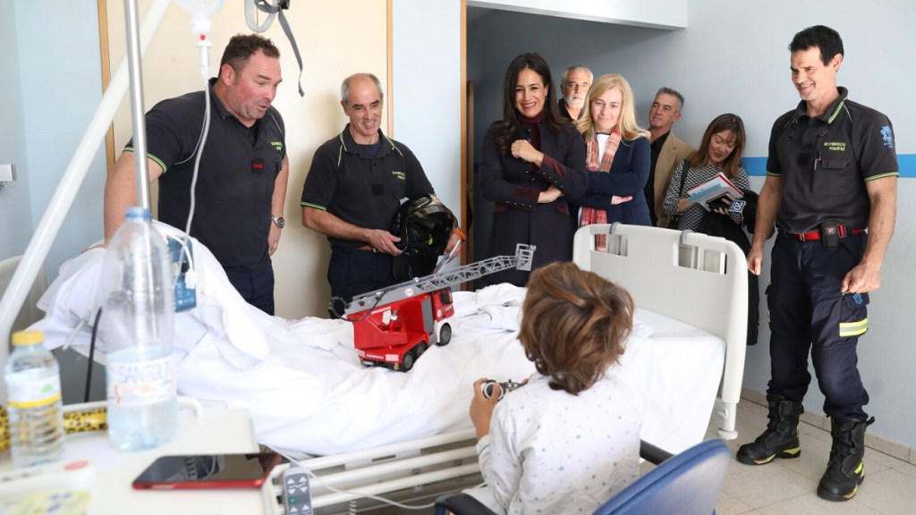 SAMUR y Bomberos de Madrid participan en el proyecto de apoyo a niños hospitalizados del Hospital San Rafael