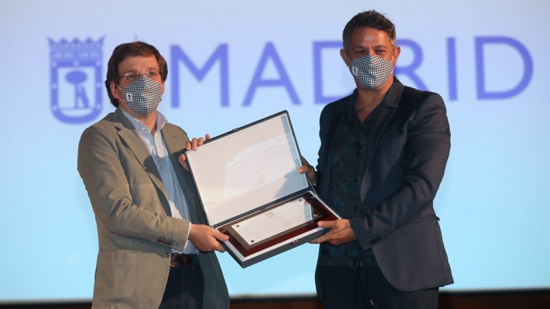 El Ayuntamiento homenajea a Alejandro Sanz por su trayectoria profesional y vinculación con Madrid