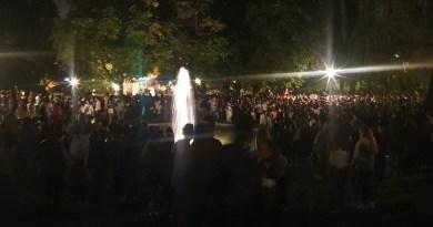 Miles de personas desalojadas con lanzamiento de botellas a la Policía en un macrobotellón en el Parque de Berlín