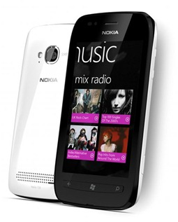 700-nokia-lumia-710whiteblack-1319621537[1]