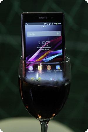 1_-Nuevo Celular Sony Xperia en copa con Vino