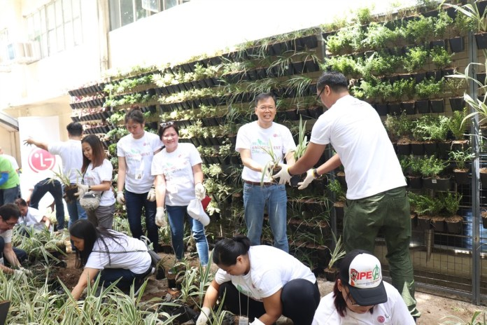 2 LG Philippines¹ Managing Director Mr. Inkwun Heo together with volunteers