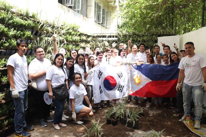 3 LG Philippines¹ Managing Director Mr. Inkwun Heo with LG Philippines volunteers