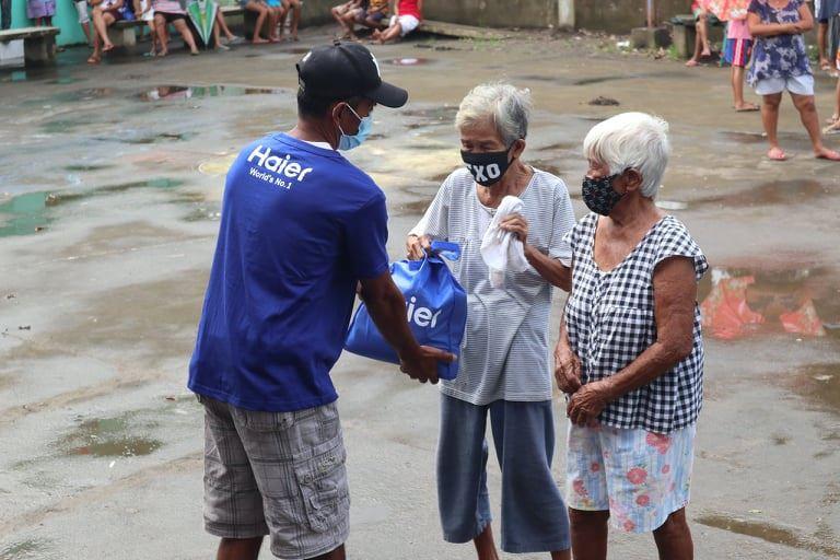 Residents of Brgy. Guinobatan receives packages of love