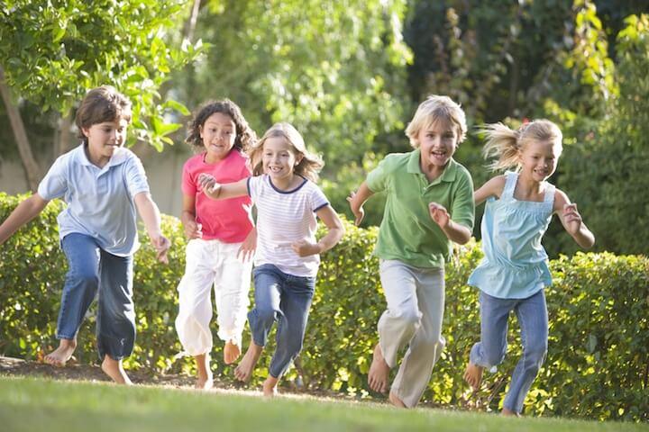 Kinder rennen draußen | © panthermedia.net / Monkeybusiness Images