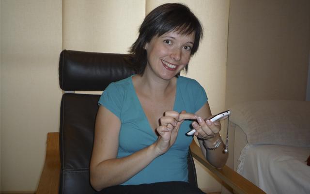 Vanessa prueba el Samsung S SCL con Android