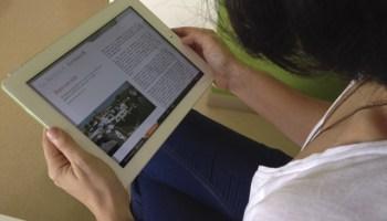 Irene prueba un libro enriquecido en el iPad