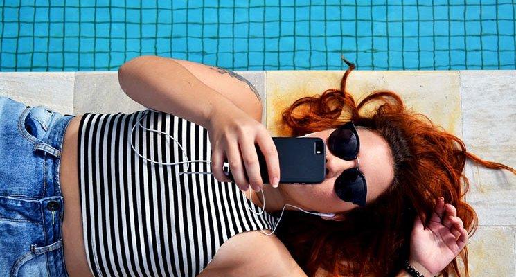 Mujer usando smartphone