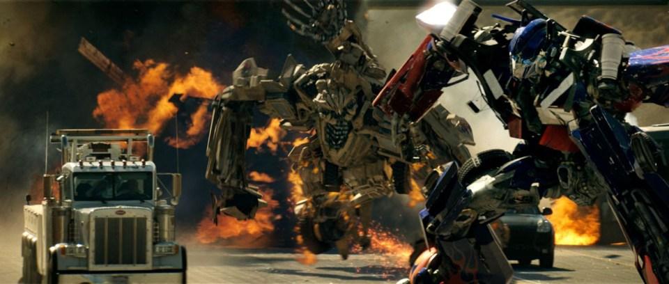 transformers-1-optimus-freeway-fight-scene