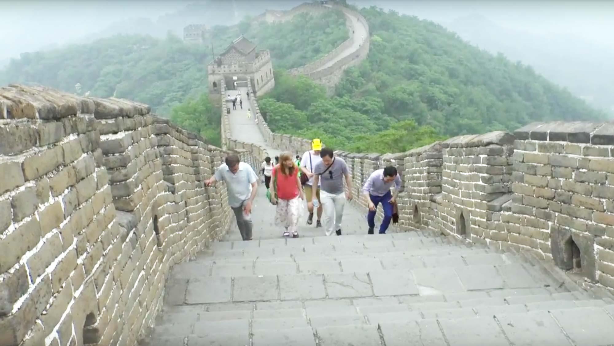 Medlemmar ur Gageego! vandrar på Kinesiska muren