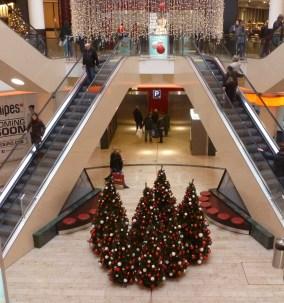 Weihnachtsbäume an der Rolltreppe