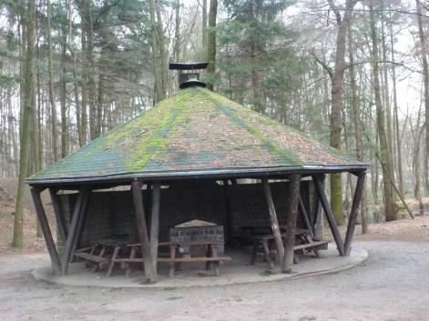 Offene Grillhütte kann gemietet werden für Feierlichkeiten