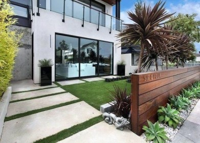 Wonderful Front Yard Ideas With Contemporary Fence 04