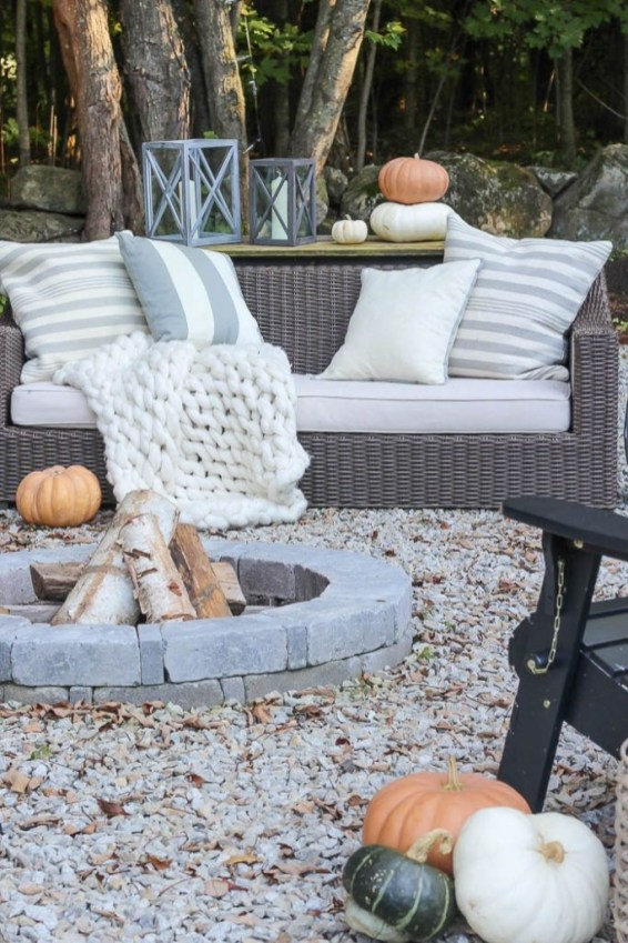 Adorable Fall Diy Decorating Ideas For Patio To Try 40