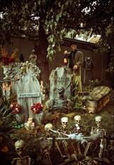 Casual Diy Outdoor Halloween Decor Ideas For Your Frontyard 20