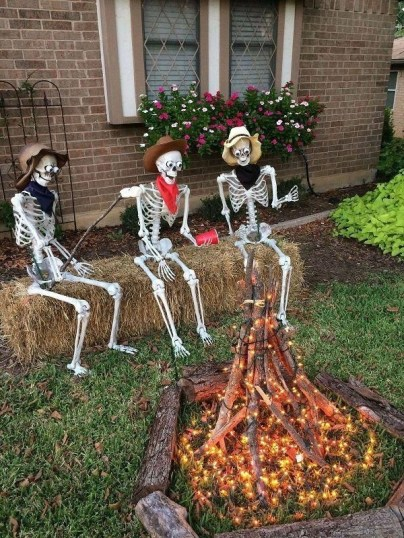 Casual Diy Outdoor Halloween Decor Ideas For Your Frontyard 23