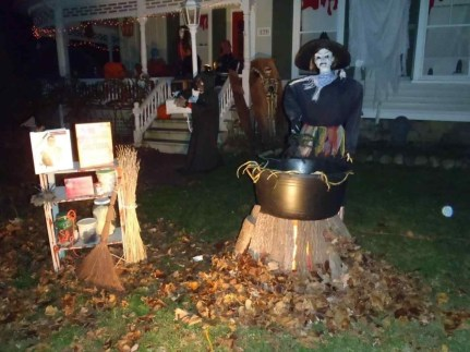 Casual Diy Outdoor Halloween Decor Ideas For Your Frontyard 40