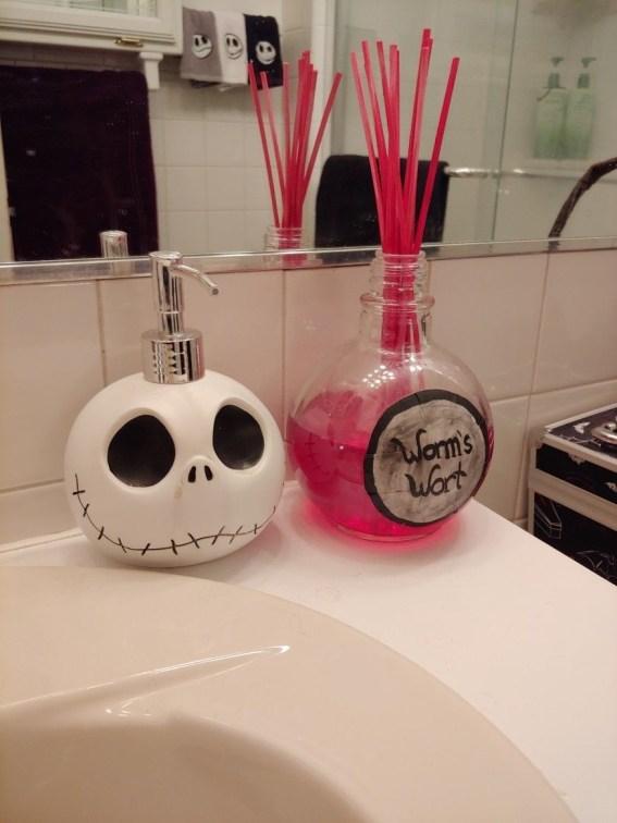 Delightful Halloween Decorating Ideas For Your Bathroom 40