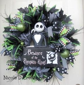 Splendid Wreath Designs Ideas For Front Door To Welcome Halloween 05