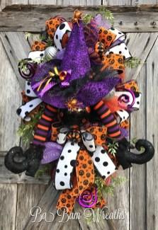 Splendid Wreath Designs Ideas For Front Door To Welcome Halloween 12