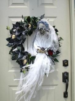 Splendid Wreath Designs Ideas For Front Door To Welcome Halloween 13