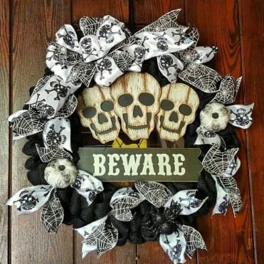 Splendid Wreath Designs Ideas For Front Door To Welcome Halloween 20