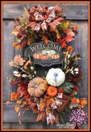 Splendid Wreath Designs Ideas For Front Door To Welcome Halloween 27