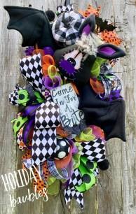 Splendid Wreath Designs Ideas For Front Door To Welcome Halloween 34