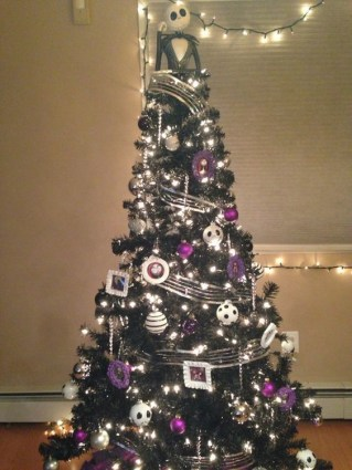 Wonderful Black Christmas Decorations Ideas That Amaze You 15