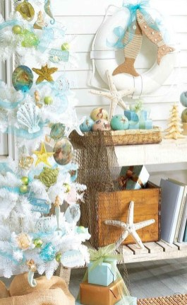 Beautiful Coastal Christmas Decor Ideas For Apartment To Try 08